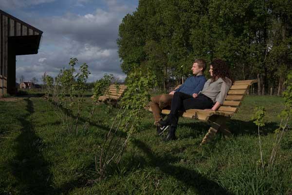 golvende-houten-tuinbank-fsc-175cm.jpg