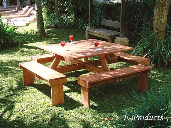 <BIG><B>Table de pique-nique carr&eacute; en bois dur (210 x 210 cm)</B></BIG>