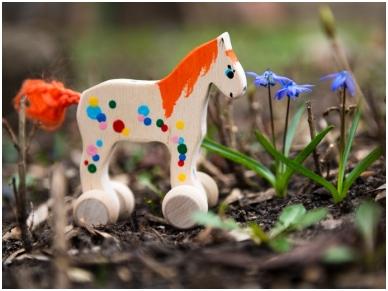 Klein paard op wielen