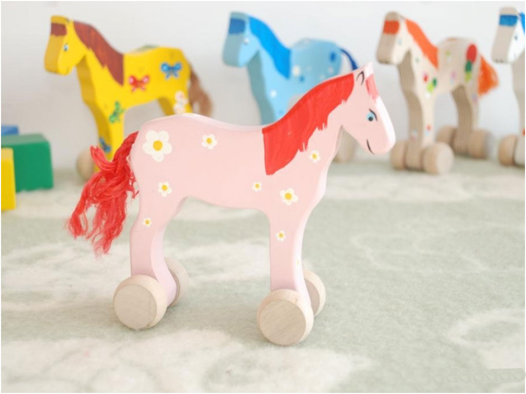 Roos paard op wielen