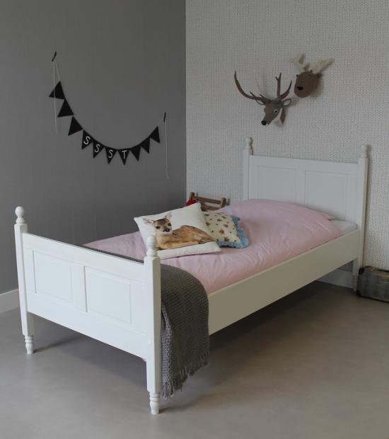 <BIG><B>Lit enfant / Lit adolescent Chloé 90x200</B></BIG><br />(bois de pin massif en opaque blanc+sommier gratuit)