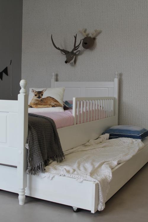 <BIG><B>Lit enfant / Lit adolescent Chlo&eacute; 90x200</B></BIG><br />(bois de pin massif en opaque blanc+sommier gratuit)