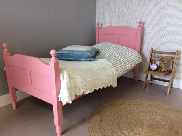 <BIG><B>Lit enfant / Lit adolescent LOUISE Pink 90x200</B></BIG><br />(en <u>opaque rose</u> bois de pin massif + sommier gratuit)