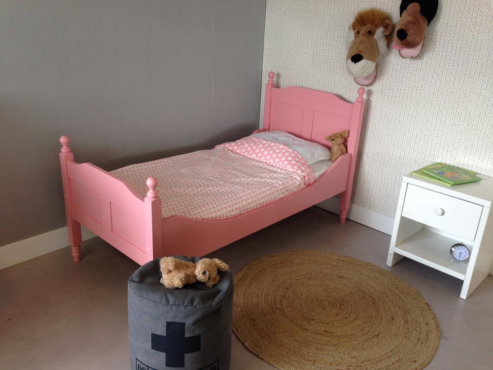 <BIG><B>KINDER BETT / TEENAGERBETT LARA PINK 90x200</B></BIG><br /><br />(in <u>opak Rosanes</u> massives Kiefernholz + kostenloser Lattenrost)