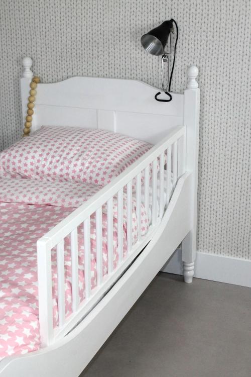 <BIG><B>Lit enfant / Lit adolescent LOUISE Pink 90x200 (incl. Barrière de Lit en blanc)</B></BIG><br />(en <u>opaque rose</u> bois de pin massif + sommier gratuit)